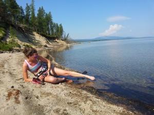Efter bad i Sirkisluokta. Försöker skölja bort sanden innan löpskorna åker på igen!
