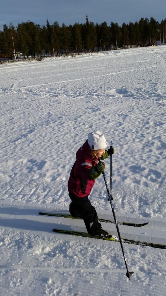 På talvatis-sjöslinga. Ebba Stina vill nu ha riktiga skidhandskar så hon kan hålla i stavarna bättre och staka!